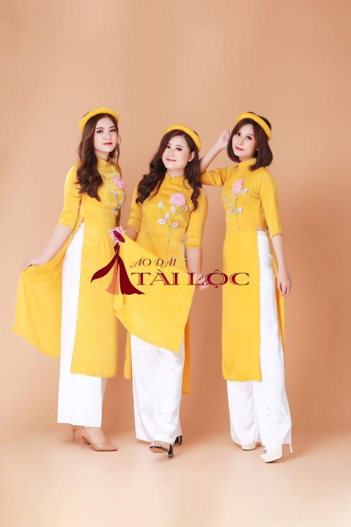 Áo dài bưng quả màu vàng đồng