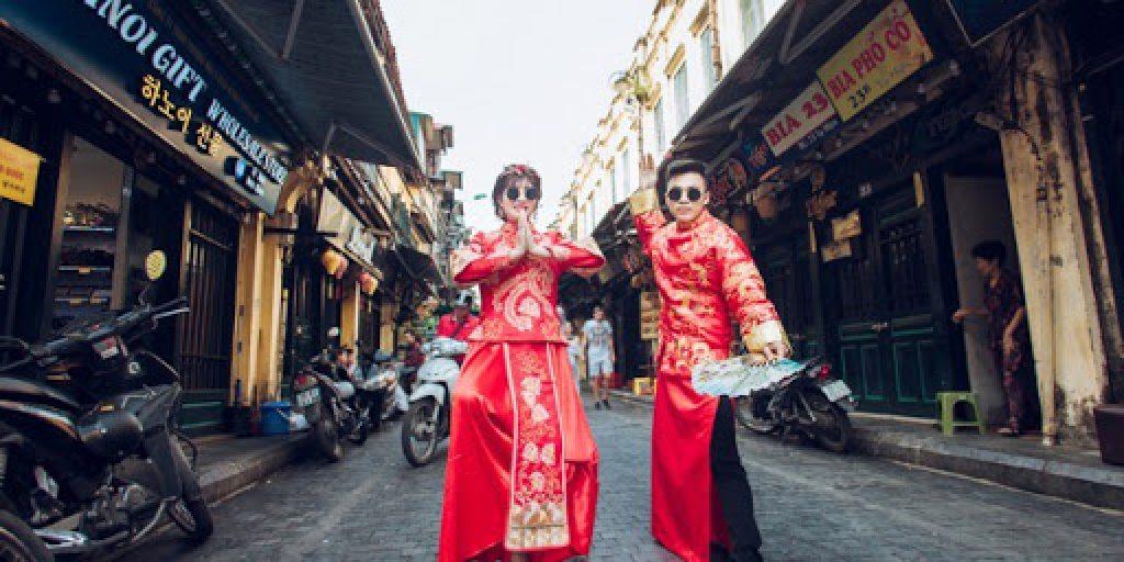 Mắt kính thầy bói chụp ảnh cưới Trung Quốc