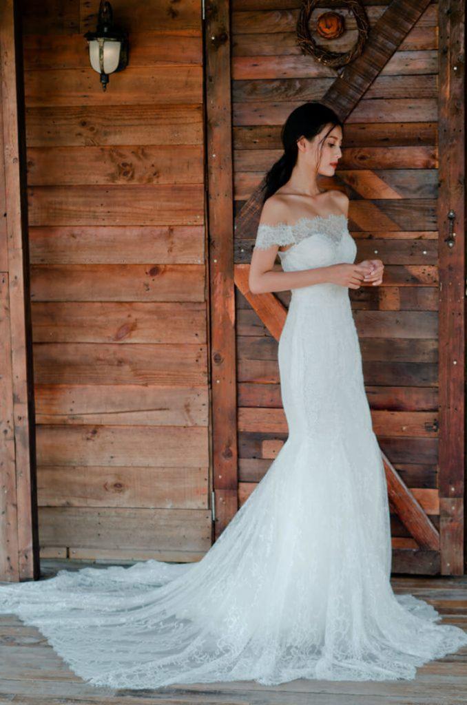 Váy cưới đuôi cá trễ vai