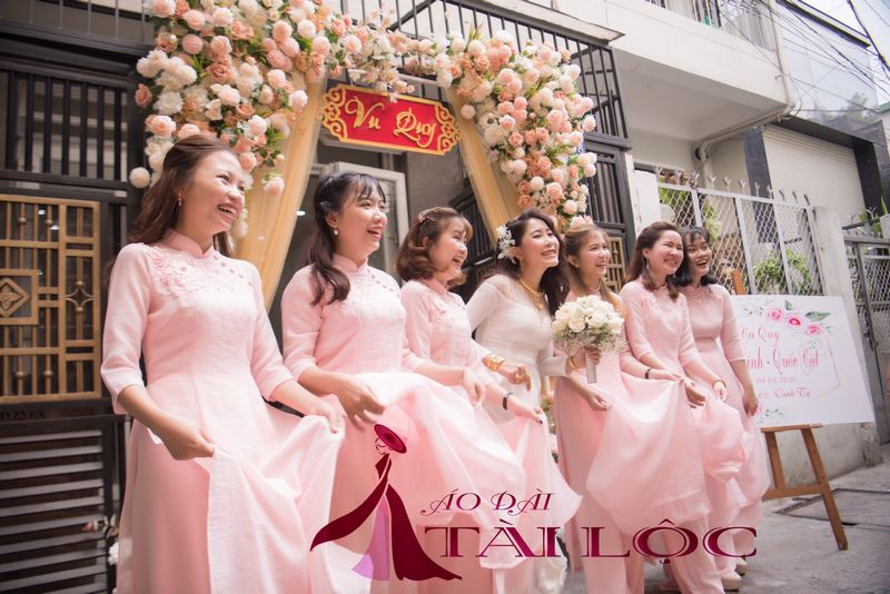 Áo dài bưng quả màu hồng đẹp