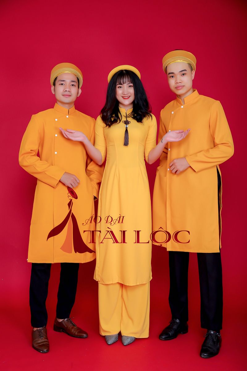 Áo dài bưng quả màu vàng cách tân