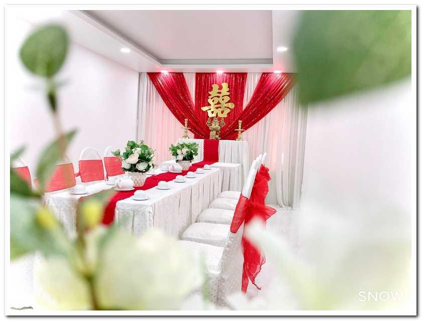 Trang trí lễ đính hôn tại nhà với tông màu đỏ nổi bật