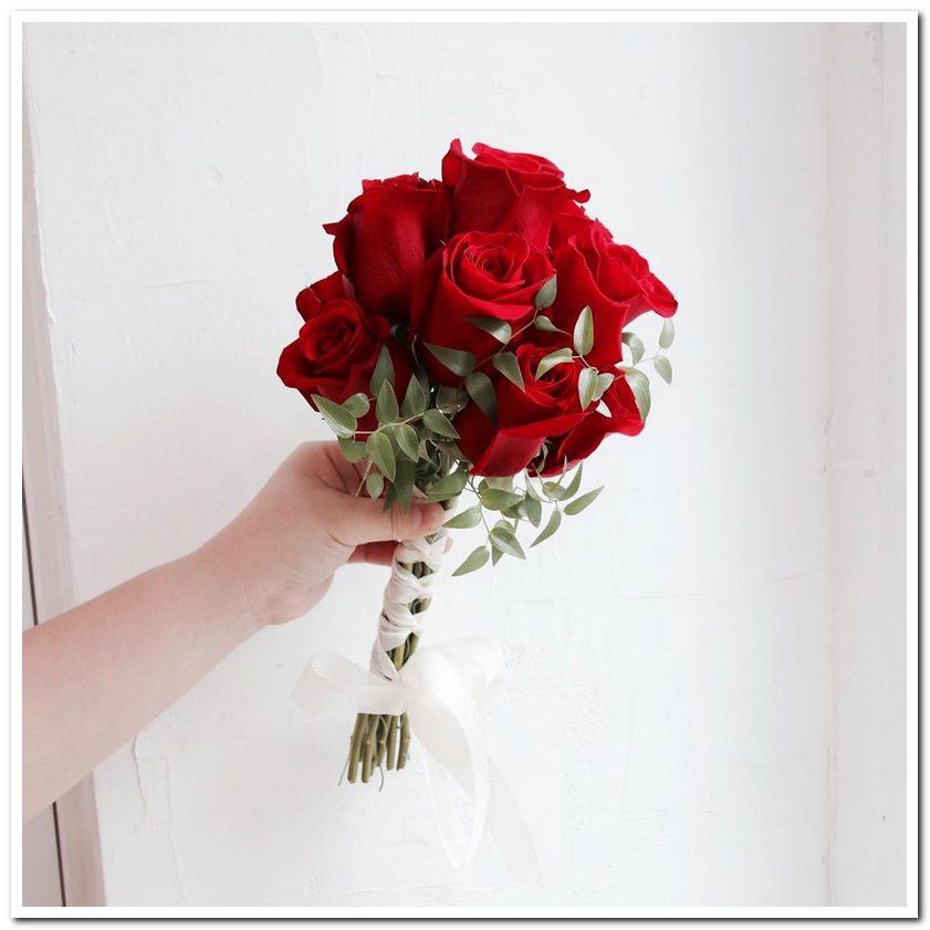 Hoa cưới cầm tay là một món phụ kiện không thể thiếu của cô dâu