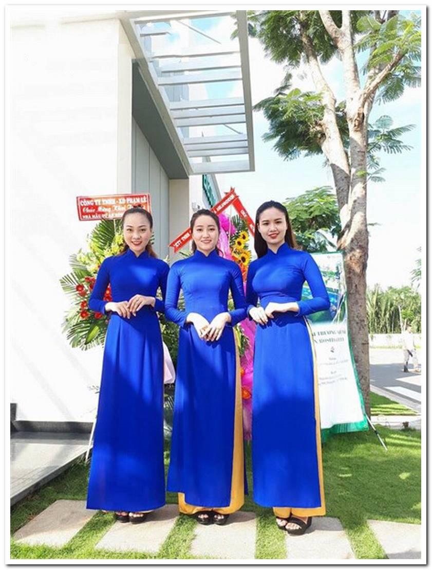 Lễ tân áo dài xanh