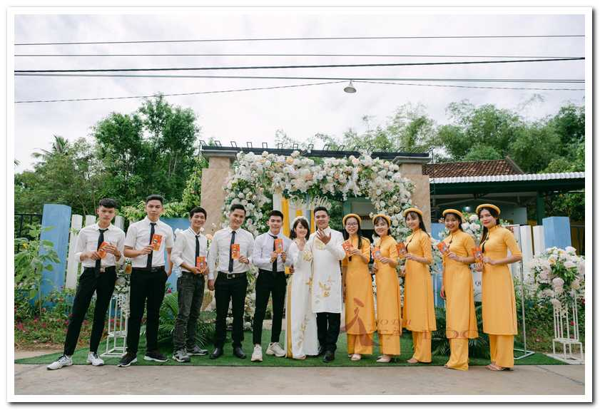 Áo dài bưng quả màu vàng phối với cô dâu áo dài có họa tiết vàng rất ton-sur-ton