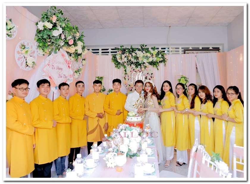 Thuê áo dài bưng quả màu vàng tại áo dài Tài Lộc