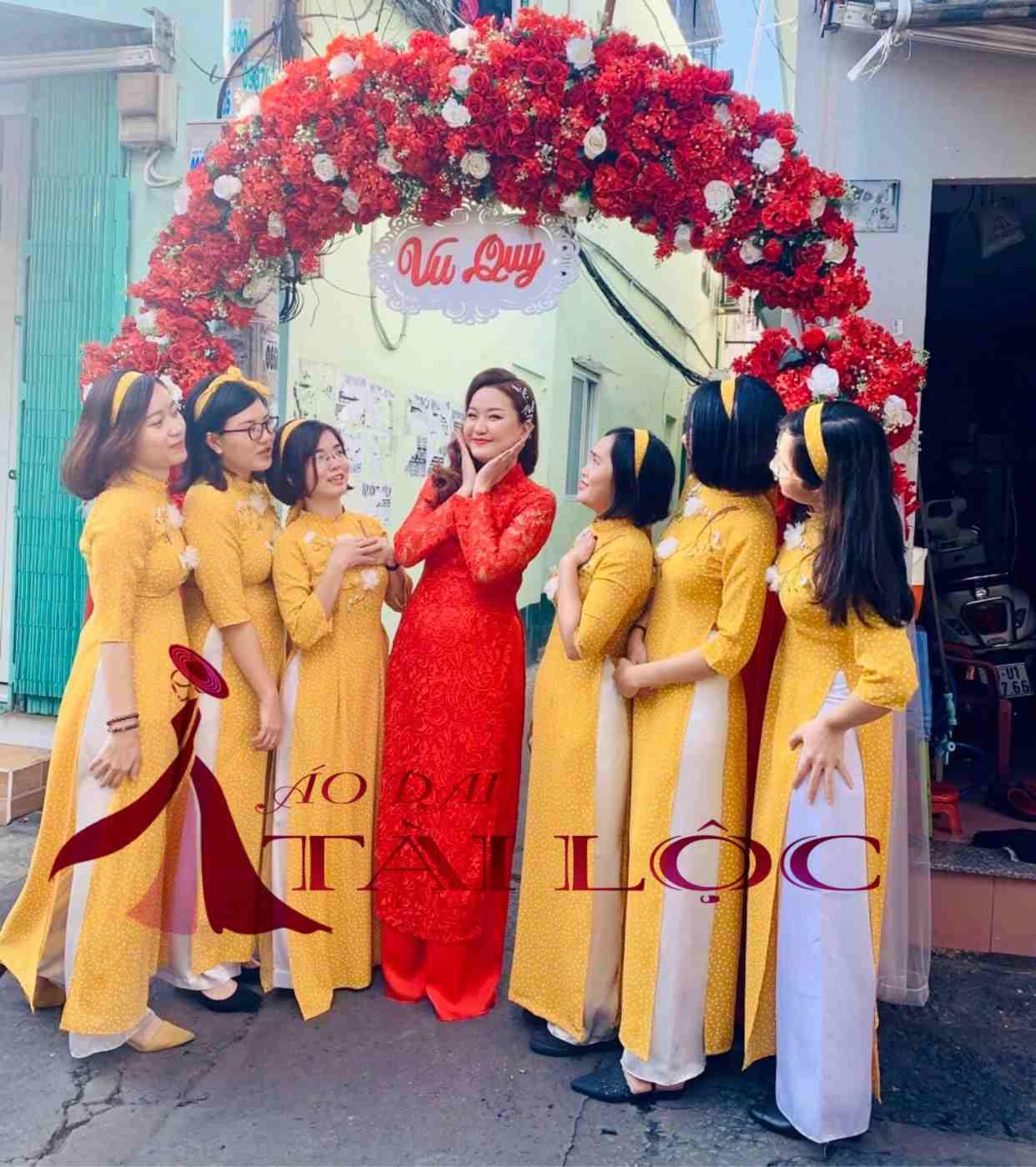 Áo dài cô ba Sài Gòn màu vàng bưng quả