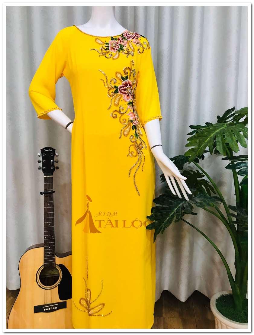 Áo dài bà sui màu vàng nổi bật