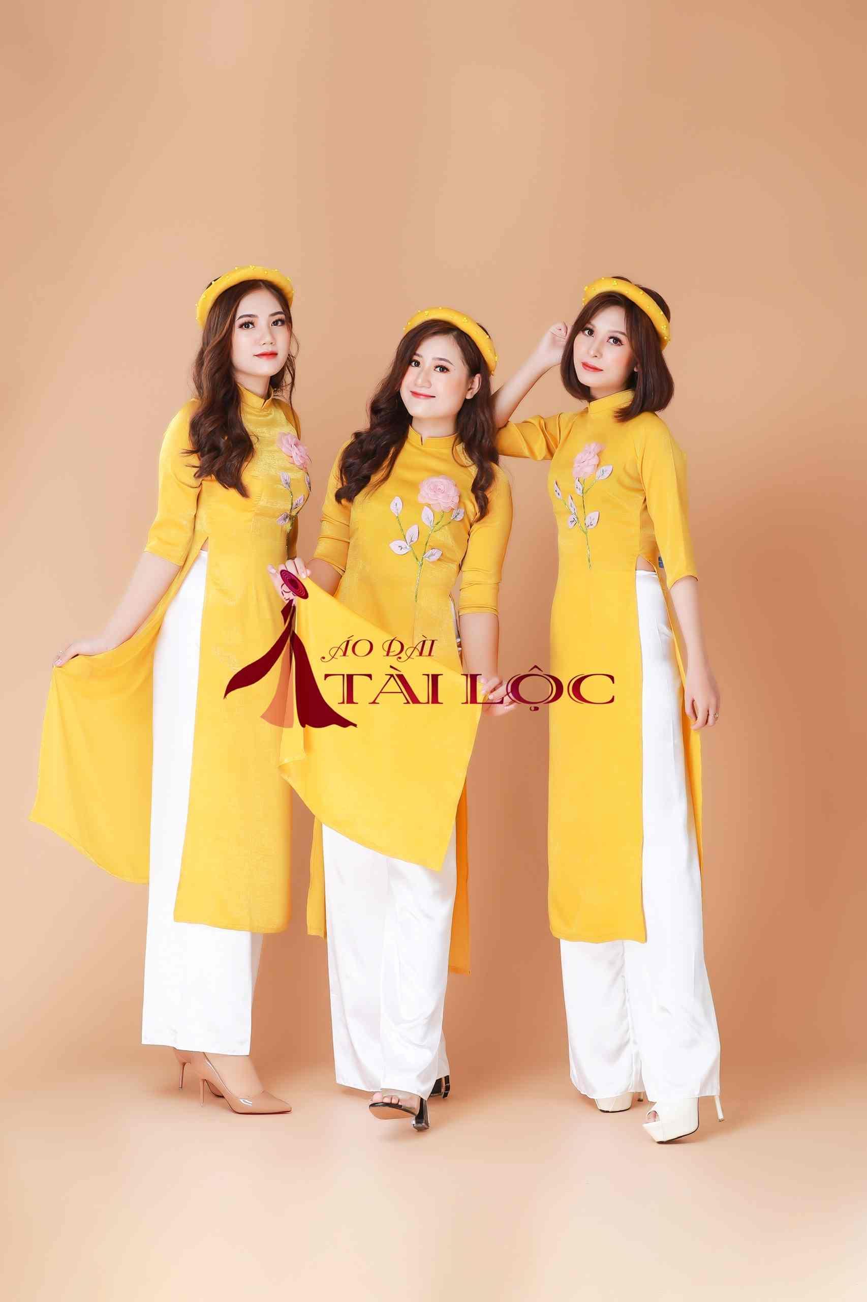 Áo dài phụ dâu màu vàng vải tuyết nhung mịn