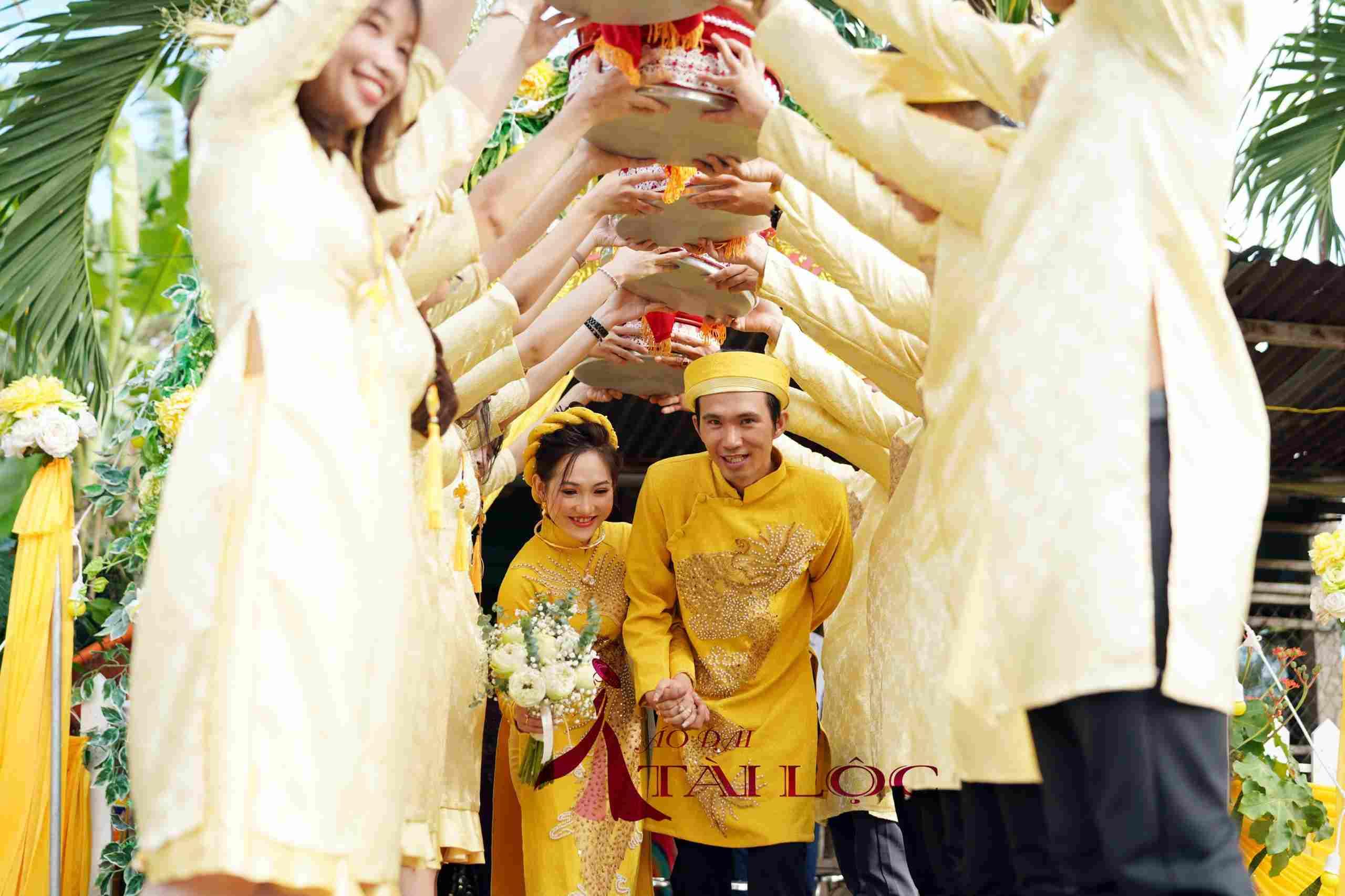 Giá thuê áo dài bưng quả màu vàng