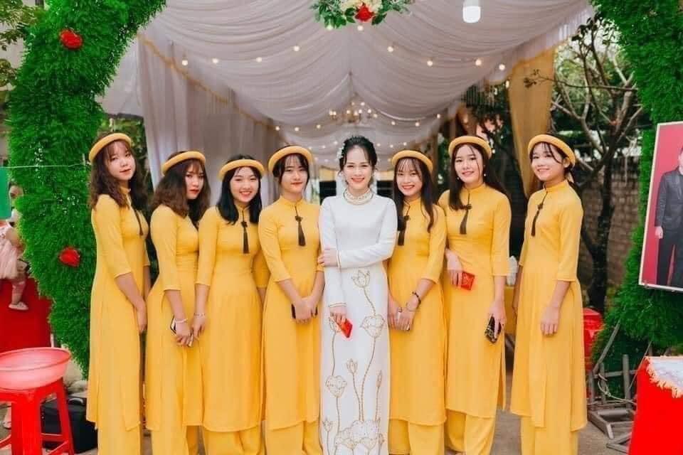 Thuê áo dài bưng quả cách tân màu vàng