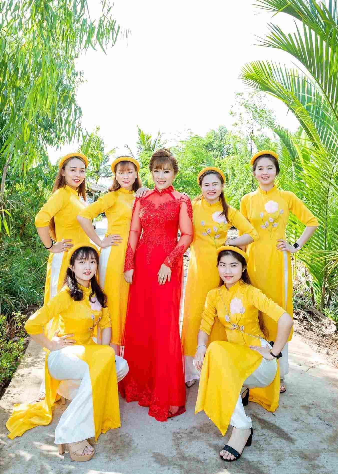 thuê áo dài bưng quả màu vàng giá rẻ tại Tài Lộc
