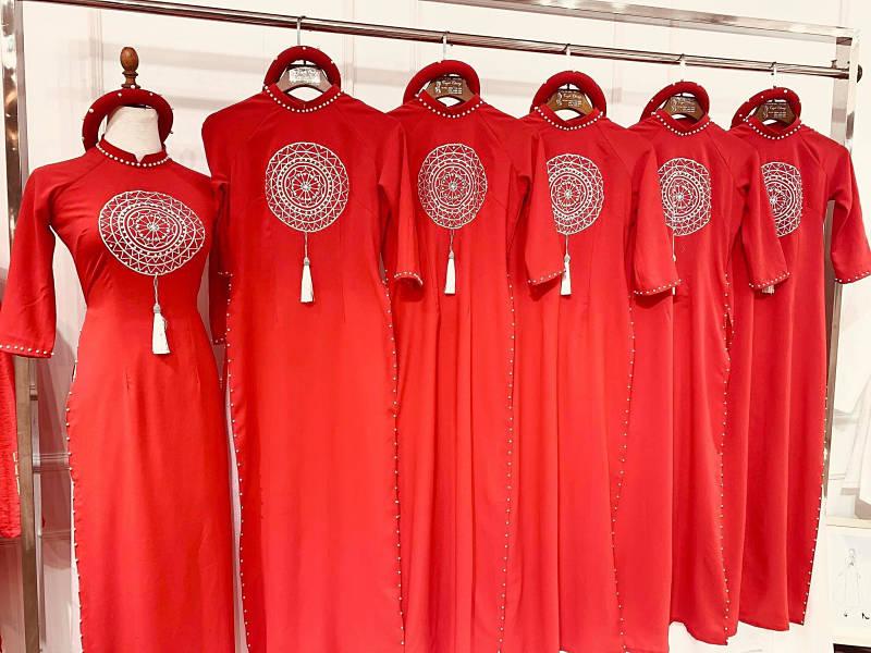 Áo dài màu đỏ với chất liệu vải lụa dày dặn