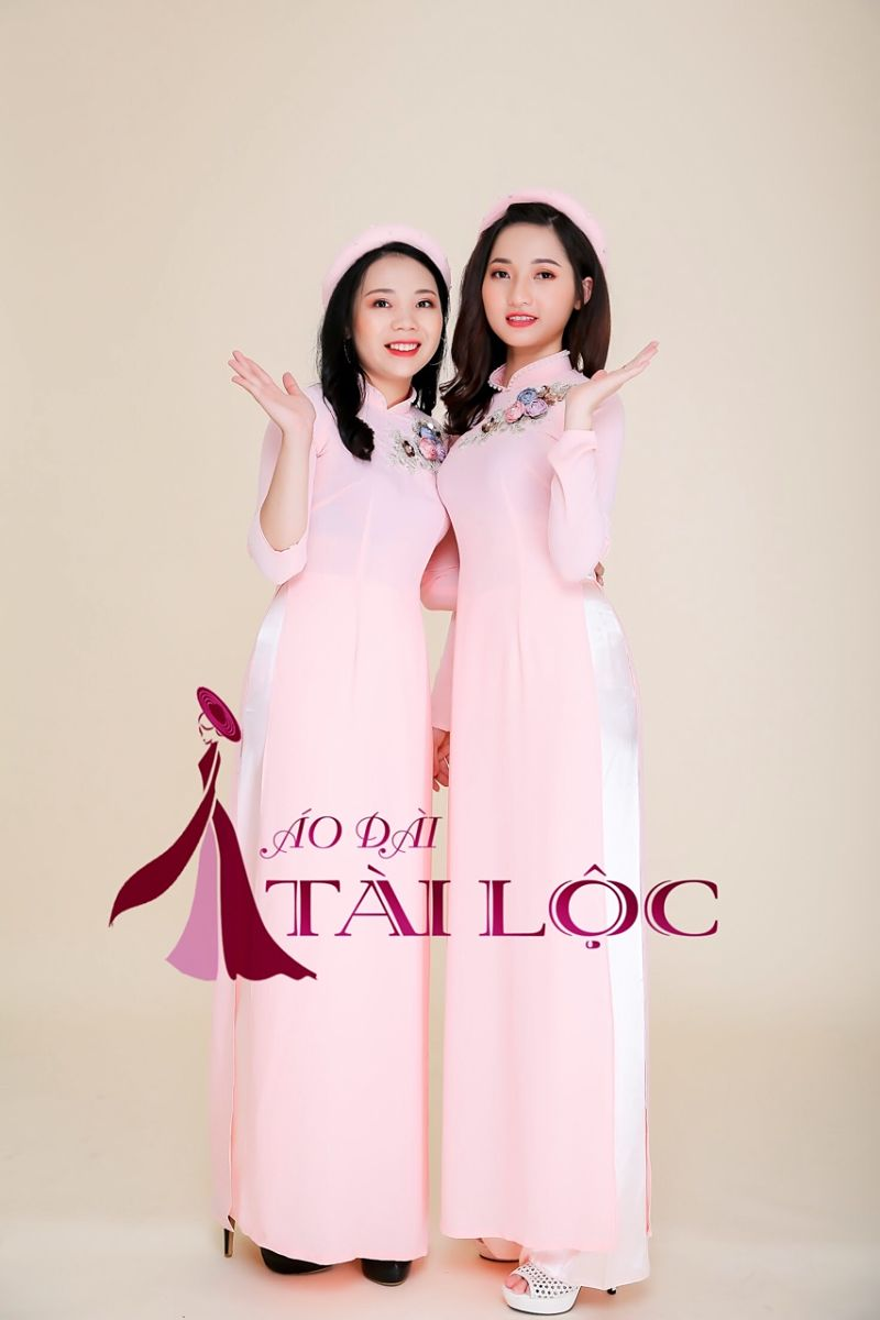 Áo dài bưng quả hồng quần trắng