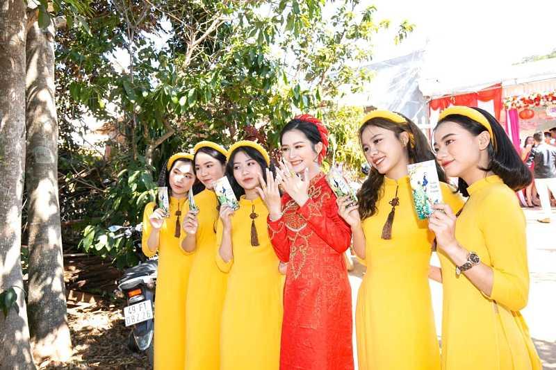 Chọn màu sắc áo dài phụ dâu hợp tông trang phục của nhân vật chính