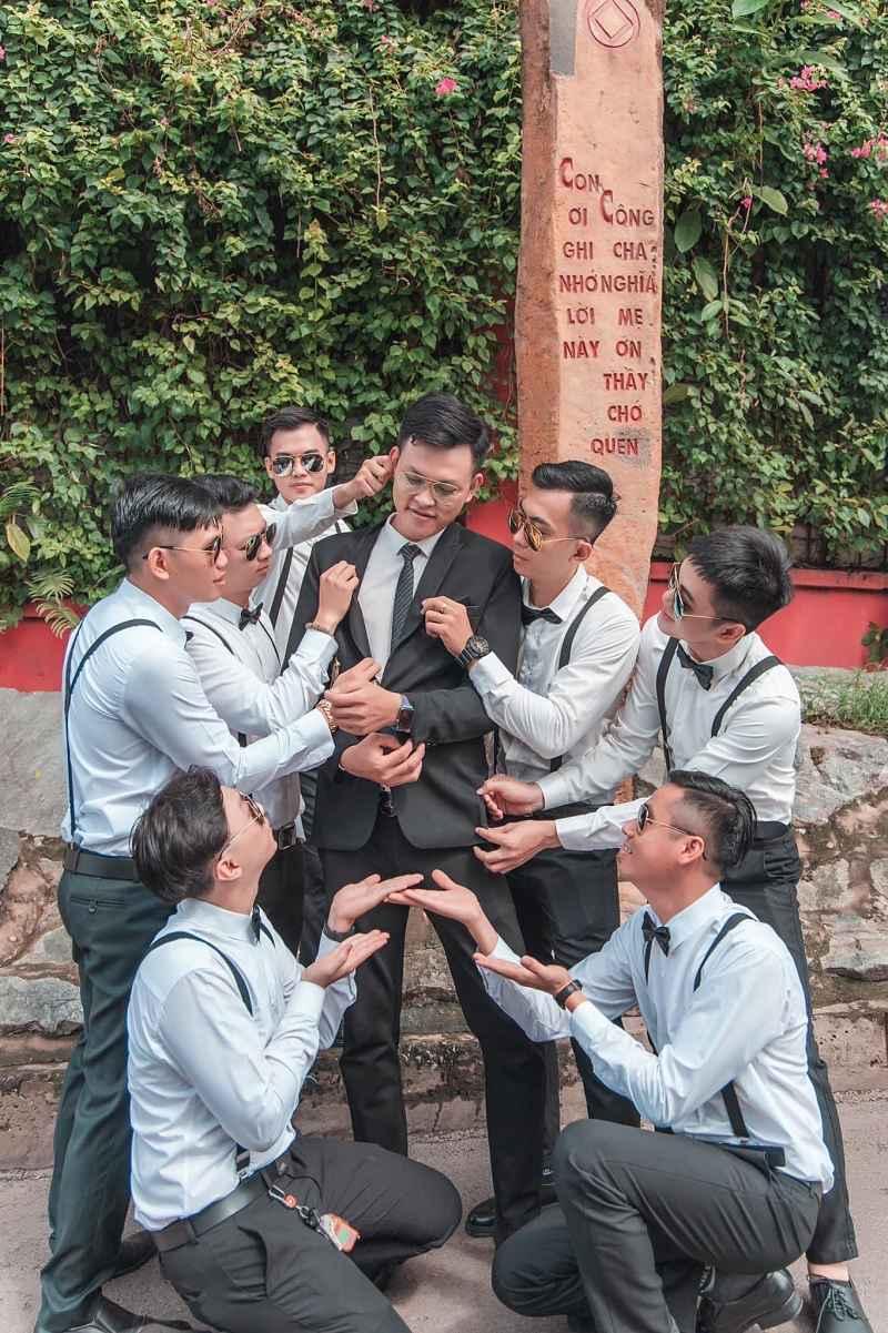 Chú rể sẽ thay đổi nhiều bộ vest khác nhau trong ngày cưới để tạo sự mới mẻ và khác lạ