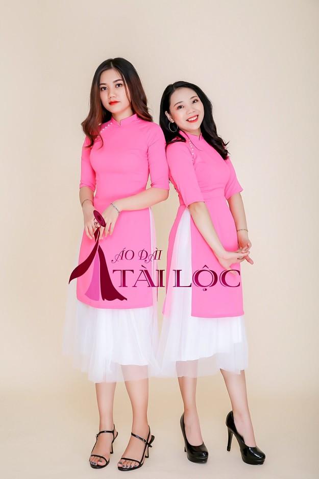 Áo dài phụ dâu bưng quả màu hồng cách tân kết hợp với chân váy lưới