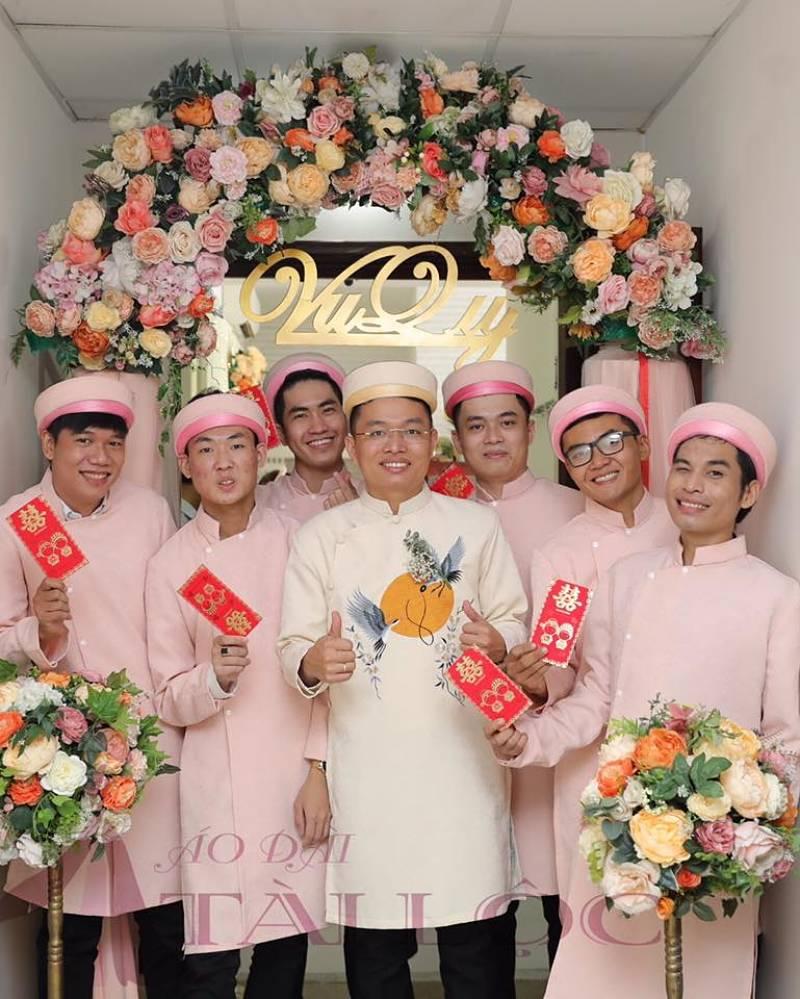 Áo dài bưng quả màu hồng cho nam nhẹ nhàng