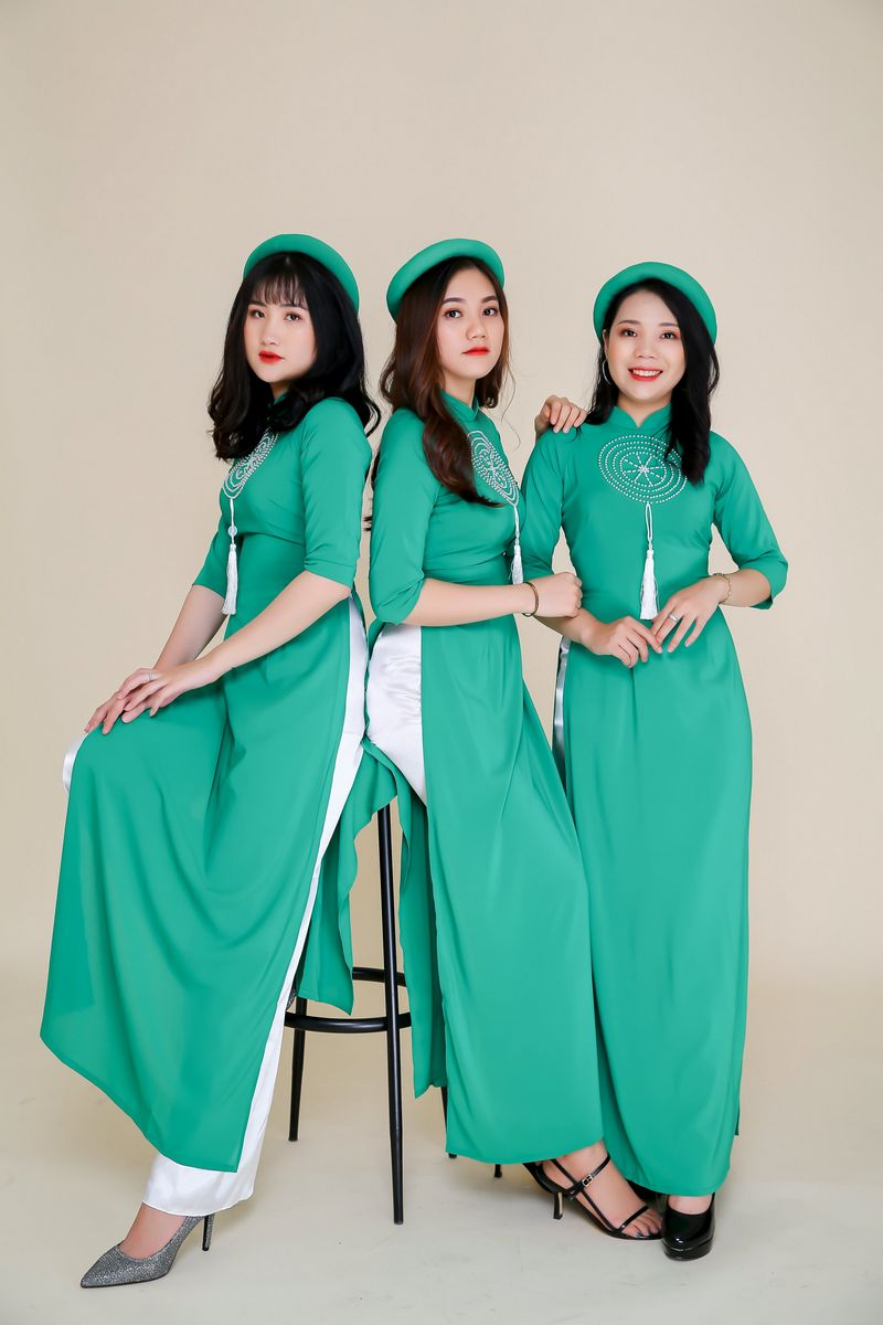 Áo dài bưng quả màu xanh lá duyên dáng