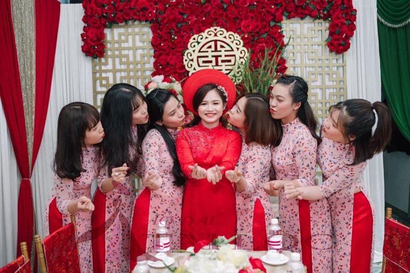 Áo dài hồng quần đỏ