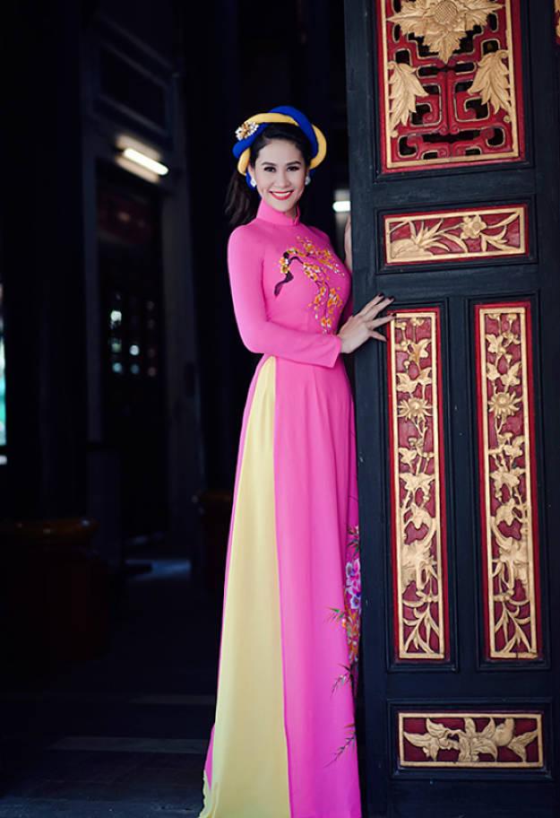 Áo dài hồng quần vàng