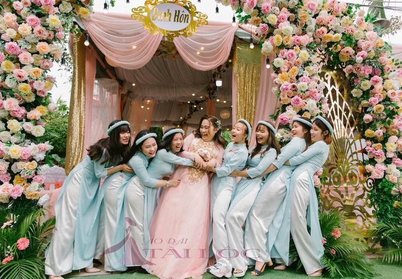Cách phối màu áo dài phụ dâu xanh ngọc với trang phục cô dâu