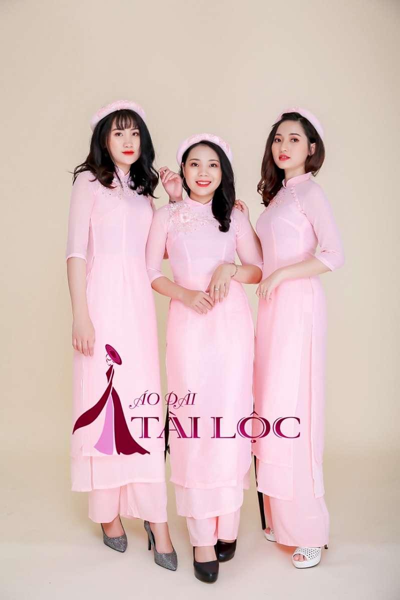 Nên thuê áo dài bưng quả màu hồng trong ngày trọng đại
